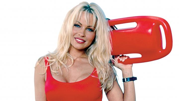 Seksīgā Pamela Andersone tomēr pievienosies jaunajai Pludmales patruļai