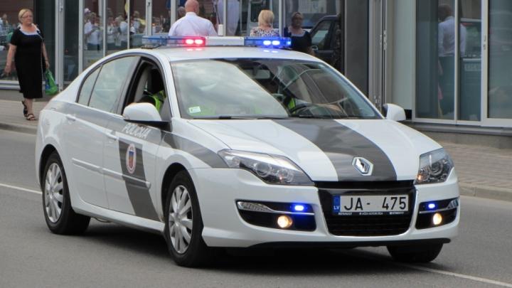 Ar netrafarēto policijas auto noķer lielu ātruma pārkāpēju
