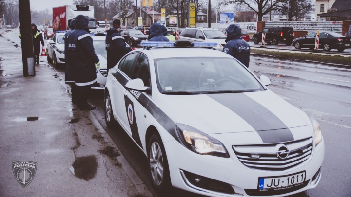Sieviete, braucot lielā ātrumā, gatava uz pašnāvību, policija izglābj