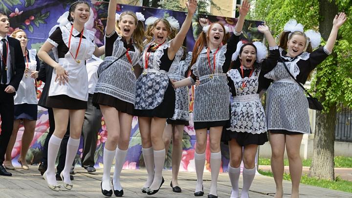 13. maijā pēdējais zvans. Ko meitenēm vilkt mugurā un kā pareizi sapucēties?