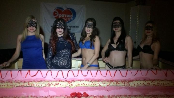 Striptīzdejotājas Krievijā priekš Ginesa rekordu grāmatas izcepa milzīgu torti