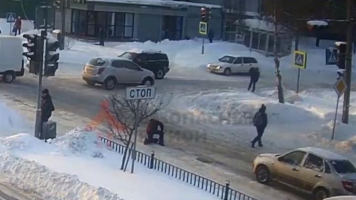 Šokējošs VIDEO: šoferis redz uz ceļa paslīdējušu gājēju, bet tomēr speciāli notriec viņu