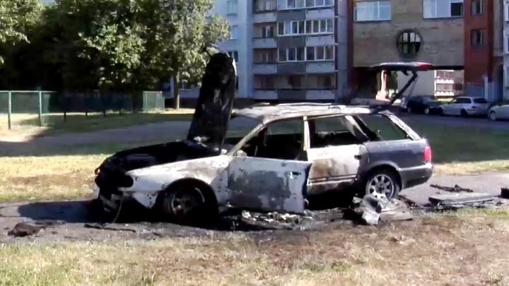 Rīgā greizsirdīga blondīne sadur riepas un aizdedzina mīļotā puiša auto