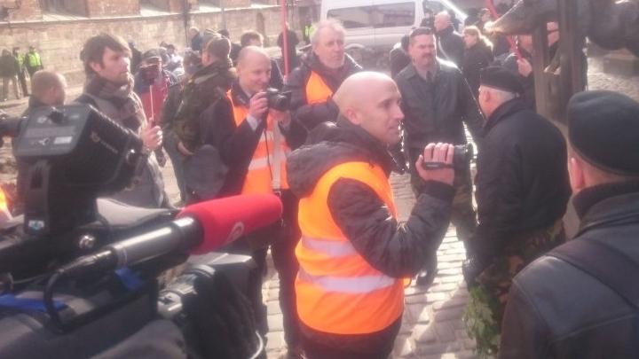 FOTO: Policija Rīgā aiztur Kremļa blogeri Greiemu Filipsu (Graham W Phillips)