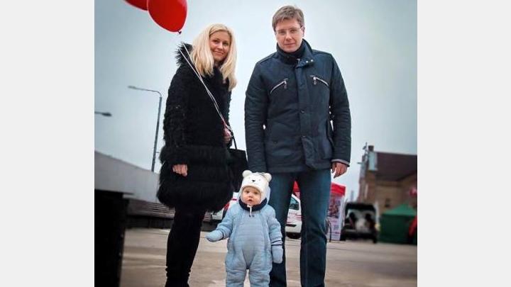 Nila Ušakova dēliņš iziet sabiedrībā piemīlīgā kostīmiņā