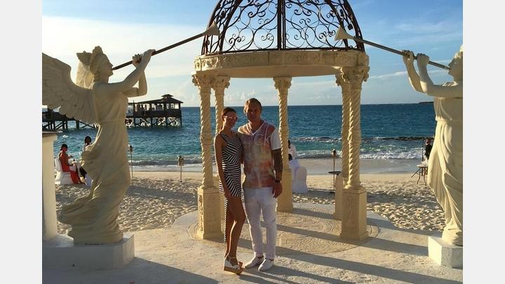 Latviešu basketbolists apprecējies Bahamu salās ar īstu skaistuli