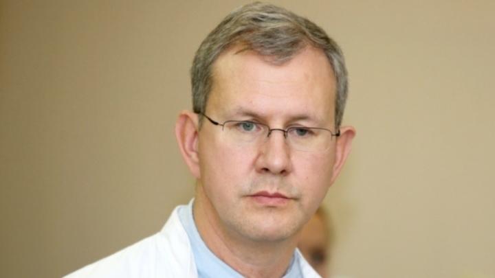 Aptuveni 8000 onkoloģijas operāciju gadā. Jānis Eglītis profesora Ilmāra Lazovska balvas saņemšanā