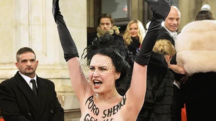 Viņam te nav jābūt! Ukrainas prezidentam uzbrūk meitene ar kailām krūtīm