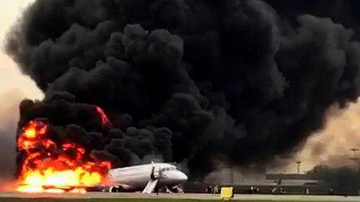 """41 bojāgājušais un 20 cietušie. Grūti noticēt - Maskavā nosēžas degoša lidmašīna, bet ugunsdzēsēji vienkārši """"guļ"""". VIDEO"""
