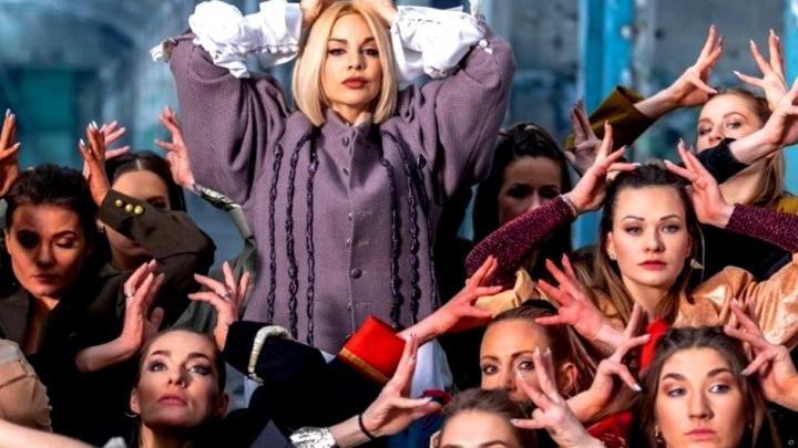 """Samanta Tīna turpina par mums ņirgāties. Eirovīzijas klipā un dziesmā """"nav nekā tāda ko jūs redzat un saskatāt""""!"""