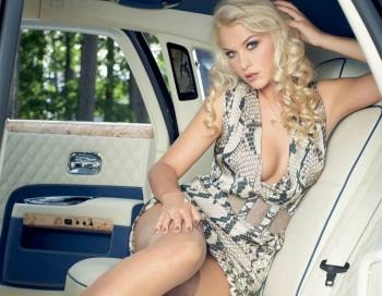 Simona Kubasova pasniedz sevi eleganti erotiski