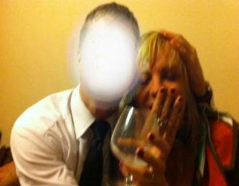 Ministrijas blondīne izgāžas un paņirgājas par premjeri Straujumu un NBS komandieri