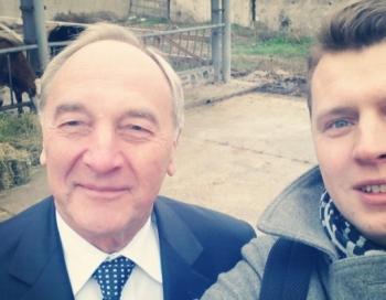 Arnis Krauze un prezidents Bērziņš ar govīm