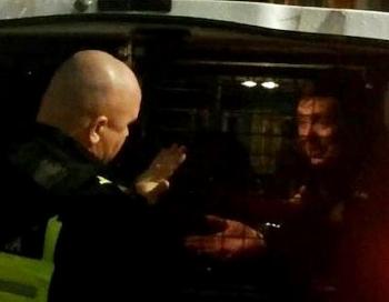 Piedzērušos Saeimas deputātu Artusu Kaimiņu aiztur policija
