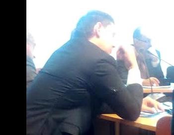 Artuss Arturs Kaimiņš parlamentā ierodas ar saplēstu žaketi