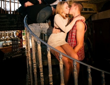 Vācu un latviešu jaunieši sacenšas skūpstu maratonā