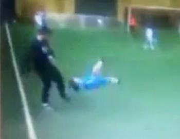 Futbola treneris nežēlīgi sit bērnu spēles laikā