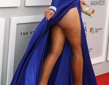 Kādas skaistas kājas! 60 gadu vecumā zvaigzne parāda visu zem kleitas