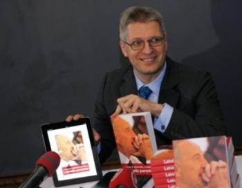 Drošības Policija žurnālistu Lato Lapsu ir morāli spīdzinājusi - pat neļaujot sazināties ar advokātu. VIDEO