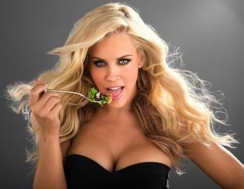 Rotaļīga Playboy blondīne šovasar vedīs skatītājus aizraujošā piedzīvojumā