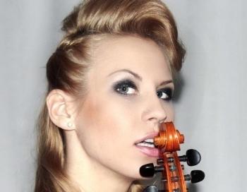 Seksīgā dziedātāja Katy Tindemark kļuvusi brīva sieviete