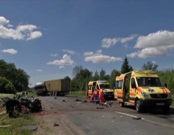 Asinsstindzinoša jauniešu autokatastrofa Valmieras pusē
