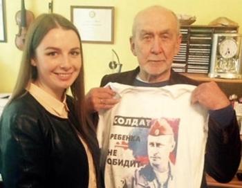 Latviešu tautas nodevējs Imants Kalniņš nēsā kreklu ar Putina seju