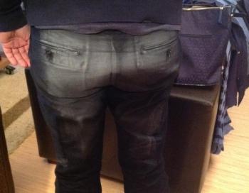Tūkstošiem cilvēku sabojā drēbes netīrajās Deju svētku tribīnēs