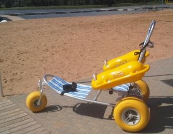 Īpašs peldēšanas ratiņkrēsls ir pieejams Limbažos Lielezera pludmalē