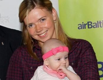 Ar kompānijas airBaltic reisu Rīgā ielido māmiņa - 50 miljonais pasažieris