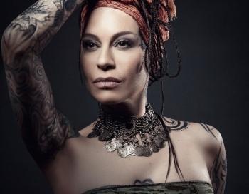 Oktobrī Latvijā uzstāsies ekstravagantā dziedātāja Nargiza Zakirova