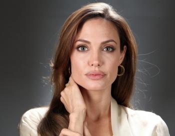 Lēnām mirst aktrise Andželīna Džolija