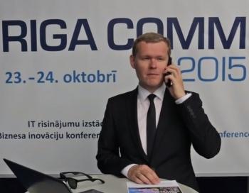 Mārtiņš Daugulis ar dronu piegādā ielūgumu Jānim Palkavniekam