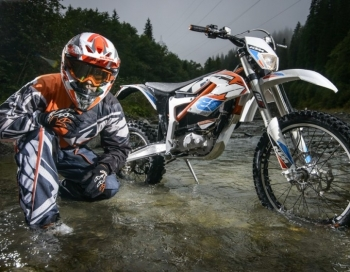Kristers Serģis Ķīpsalā prezentēs sportisko elektromotociklu