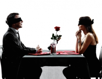 Erotā vēl nebijusi iepazīšanās spēle Aklais randiņš