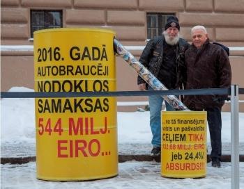 Ar vides objektu pie Saeimas atbalsta Autoceļu fonda atjaunošanu
