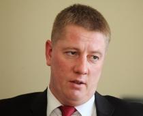 Satiksmes ministrs neko nezina par suņu šāvējiem savā partijā
