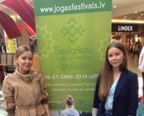 Dziedošo dvīņu māsu Katrīnas un Anas Drozdoviču tikšanās ar jogu