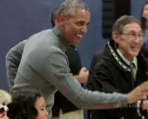 Baraks Obama uzlaiž kādu danci Aļaskas deju stilā