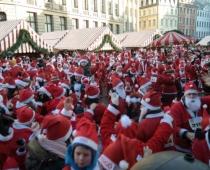 Ziemassvētku vecīšu skrējiena dalībnieki ziedos smagi slimu bērnu māmiņu atbalstam